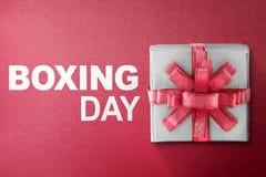 Wit die giftvakje met rood lint met Tweede kerstdagtekst wordt gebonden Royalty-vrije Stock Foto