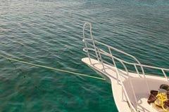 Wit die jacht in het Rode Overzees met twee kabels wordt vastgelegd Boog van de Boot De vakantieconcept van de zomer Dahab, Egypt stock foto's