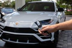 Wit die Lamborghini Urus in de Straat wordt geparkeerd stock foto's
