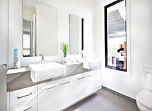Wit die toilet met zonlicht rond de teller wordt verlicht Royalty-vrije Stock Foto's