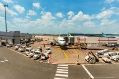 Wit die vliegtuig op luchthaven wordt geparkeerd stock foto's