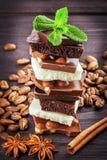 Wit, donker, en melkchocola met noten Stock Foto