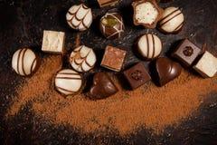 Wit, donkere chocolade, en melkchocola, de zwarte achtergrond van de Chocoladetruffel Royalty-vrije Stock Foto