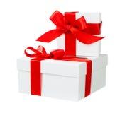 Wit doos rood boog en lint stock foto's