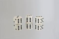 Wit drie dobbelt met Zwarte vlekken en bezinningen Royalty-vrije Stock Foto's