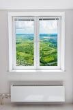 Wit dubbel deurvenster met radiator onder het. Stock Foto's