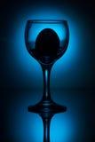 Wit ei in wijnglas Stock Foto's