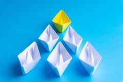 Wit en geel document boot of schip in één richting op blauwe achtergrond stock illustratie