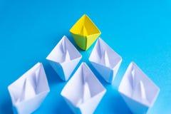 Wit en geel document boot of schip in één richting op blauwe achtergrond royalty-vrije illustratie
