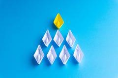 Wit en geel document boot of schip in één richting op blauwe achtergrond vector illustratie