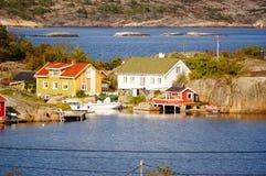 Wit en geel huis dichtbij fjord Kragero, Portor Stock Afbeeldingen