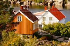 Wit en geel huis dichtbij fjord Kragero, Portor Stock Foto's
