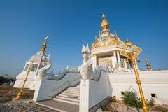 Wit en gouden van Boedha in Thailand Stock Foto