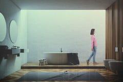 Wit en houten badkamersbinnenland, gestemde vrouw Stock Afbeelding