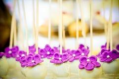 Wit en purper bloemensuikergoed Stock Fotografie