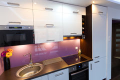 Wit en purper keukenbinnenland Stock Fotografie