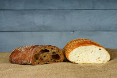 Wit en wholegrain gesneden brood stock foto's