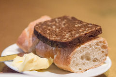 Wit en zwart brood met wat boter stock fotografie