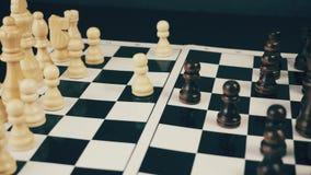 Wit en zwart schaak op het schaakbord die een spel spelen stock video