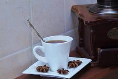 Wit exclusief porseleinpaar met sterke koffie, steranijsplant en zeldzame koffiemolen op houten bruine natuurlijke plank tegen stock foto's
