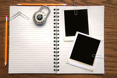 Wit exemplaarboek, potloden en polaroids Stock Foto's