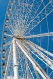 Wit ferriswiel op blauwe hemel Royalty-vrije Stock Fotografie