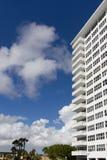 Wit flatgebouw Royalty-vrije Stock Foto's