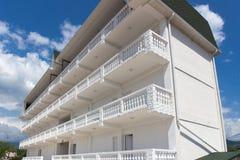 Wit flatgebouw met balkons Stock Fotografie