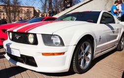 Wit Ford Mustang met rode geparkeerde strepentribunes Stock Afbeelding