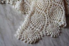 Wit gebreid sjaalclose-up De donsachtige sjaal van Orenburg Royalty-vrije Stock Foto