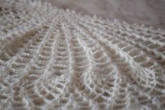 Wit gebreid sjaalclose-up De donsachtige sjaal van Orenburg Stock Fotografie