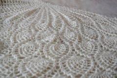 Wit gebreid sjaalclose-up De donsachtige sjaal van Orenburg Royalty-vrije Stock Afbeelding