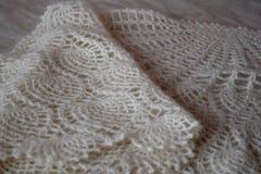 Wit gebreid sjaalclose-up De donsachtige sjaal van Orenburg Stock Foto's