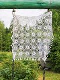Wit gehaakt uitstekend tafelkleed op aardachtergrond in openlucht royalty-vrije stock foto's
