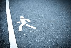 Wit geschilderd teken op asfalt De mensen gaan naar stap in de afwerkingslijn Niet bang ben aan stap over hindernissenconcept stock foto