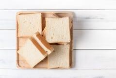 Wit gesneden brood op houten plaat, hoogste mening en exemplaarruimte Stock Foto