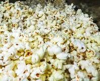 Wit gezouten die pop graan voor verkoop wordt opgehoopt Sluit omhoog mening royalty-vrije stock afbeeldingen