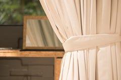 Wit gordijn in het venster stock foto's
