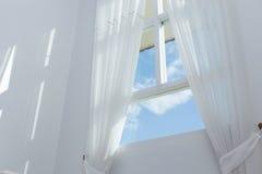 Wit gordijn op het venster stock afbeeldingen