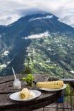 Wit graan met jonge kaas - typisch voedsel in de Andes Royalty-vrije Stock Foto's