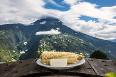 Wit graan met jonge kaas - typisch voedsel in de Andes Royalty-vrije Stock Afbeelding
