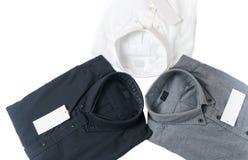 Wit, grijs en zwart overhemd met leeg geïsoleerd prijskaartje Royalty-vrije Stock Afbeeldingen