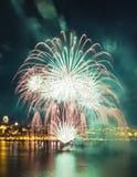 Wit, groen, en gouden vuurwerk | De Stad van Quebec stock afbeelding