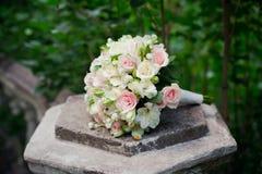 Wit groen, roze en geel en roze huwelijksboeket met rozen op de steen Kleurrijk beeld van mooi ruikertje Royalty-vrije Stock Foto