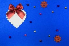 Wit groot decoratief hart met een rode boog op een blauwe achtergrond royalty-vrije stock fotografie