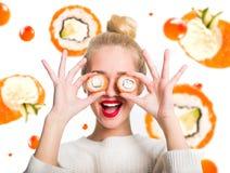 Wit-haired meisje die sushi eten stock foto's