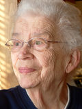 Wit-haired vrouw die uit venster kijkt Royalty-vrije Stock Fotografie