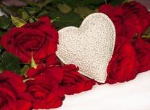 Wit hart met heldere rode rozen Royalty-vrije Stock Foto