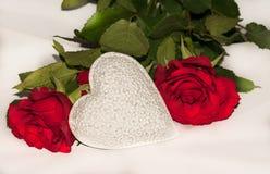 Wit hart met heldere rode rozen Royalty-vrije Stock Afbeelding