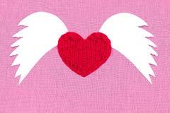 Wit hart met tekst, houd ik van u, op een rode doek Golven in stock foto's